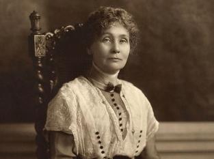 emmeline_pankhurst-_seated_-1913